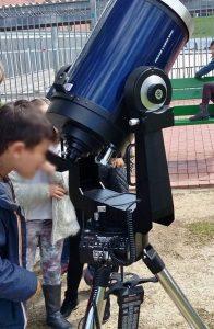 Niños contemplando el tránsito en Mendillorri.